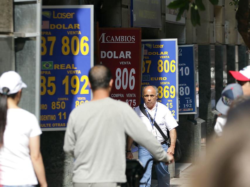 """""""Alza del dólar: cómo golpea el día a día de los chilenos"""""""