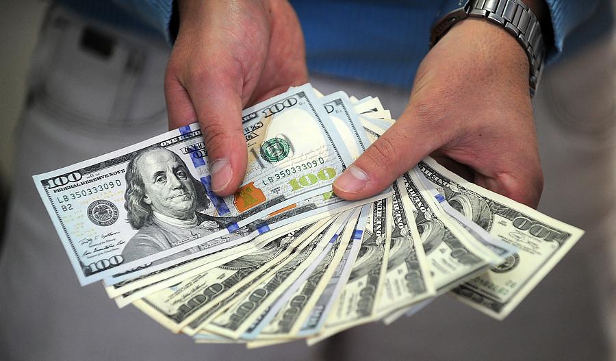Dólar alcanza su valor más bajo en casi seis semanas tras nueva jornada en rojo