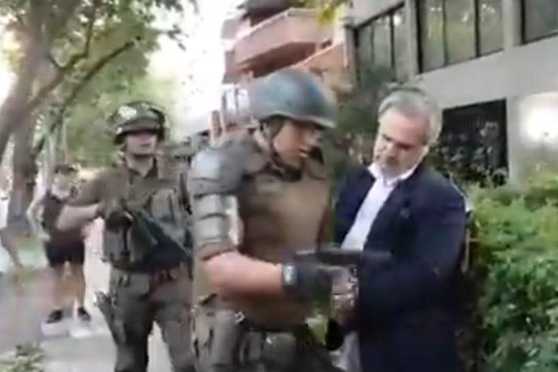 """Las Condes: Carabineros aclara detención de hombre que habría amenazado con un """"arma de juguete"""" a manifestantes"""