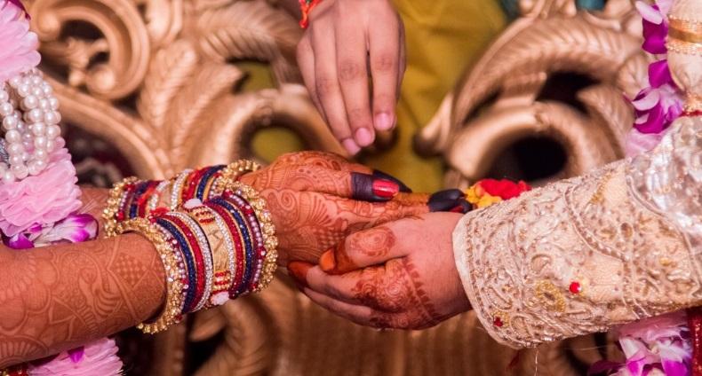 India: pareja huyó de su aldea para casarse y su familia los mató a pedradas
