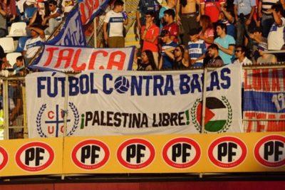 """Los """"lienzos sociales"""" que han complicado a los equipos en Chile"""