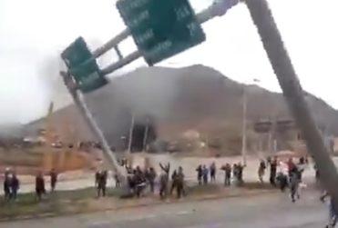 VIDEO | Manifestantes derriban pórtico y cámara de televigilancia en Antofagasta
