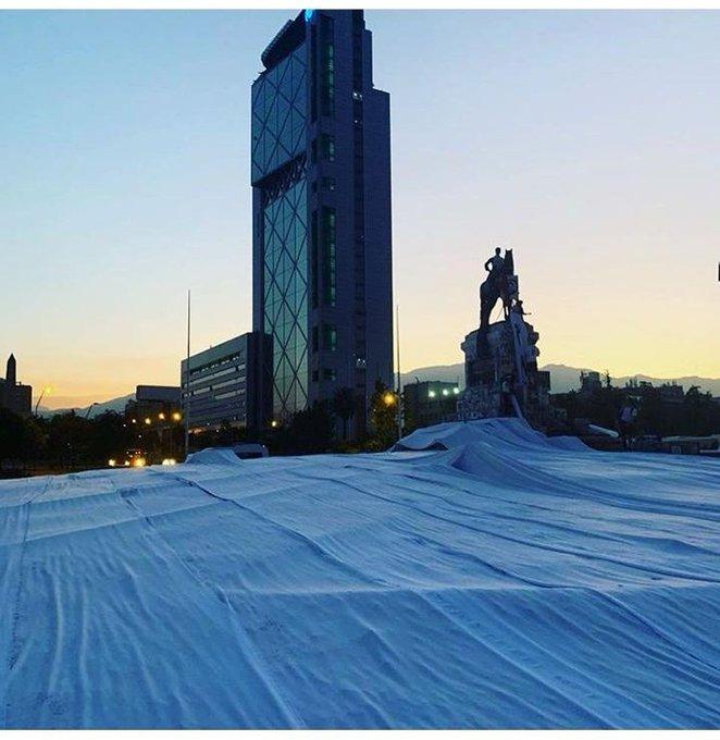 Intervención artística vistió de blanco a Plaza Baquedano
