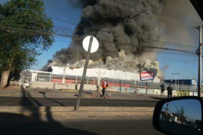 FOTOS + VIDEOS  San Bernardo: gigantesco incendio afecta a supermercado mayorista
