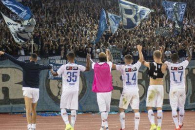 La inesperada aparición de un lienzo en apoyo a Chile en pleno fútbol europeo
