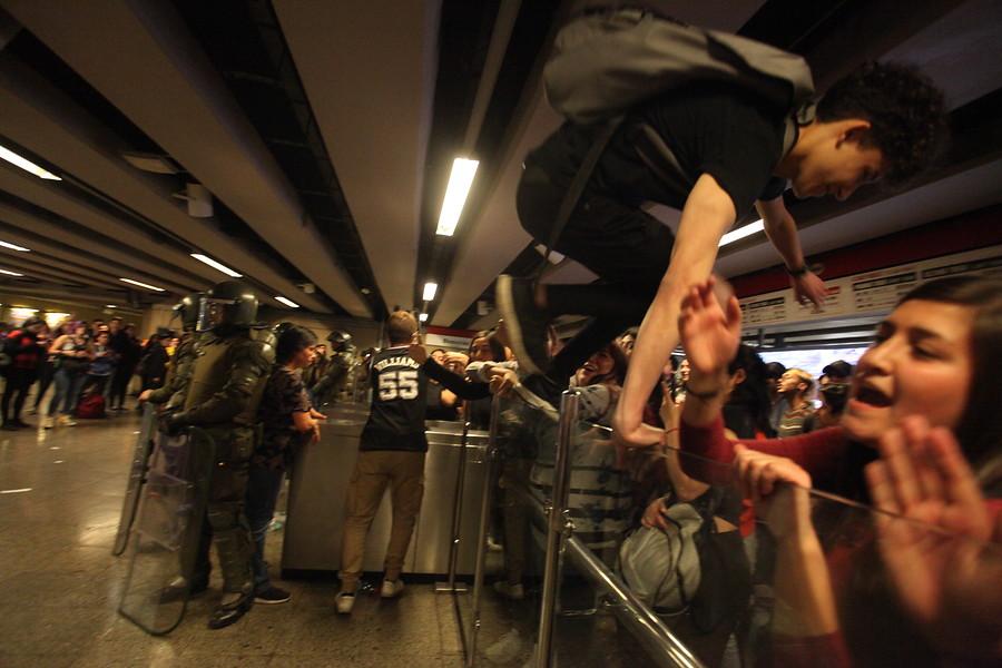 Metro: tres detenidos por evasión y daños en estación República