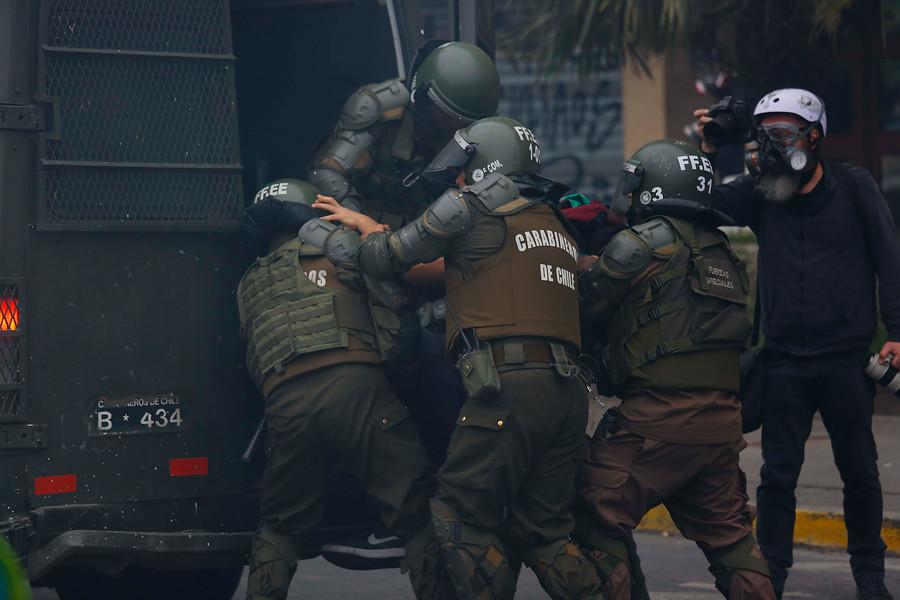 Cuatro carabineros terminan heridos con bala y perdigones tras protestas