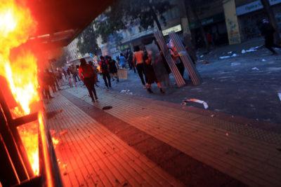 Fiscalía Oriente formaliza a joven por lanzar bombas molotov en Plaza Italia