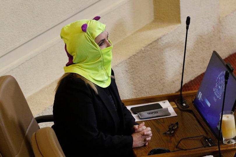 FOTOS | Pamela Jiles llega encapuchada a sesión de la Cámara que revisa la acusación constitucional contra Piñera
