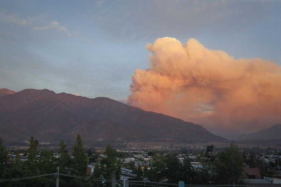 Onemi: ordenan evacuación de 120 personas por incendio en San José de Maipo