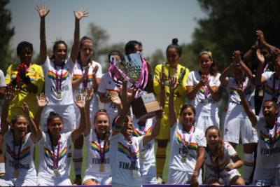 Santiago Morning femenino recibe el trofeo de campeonas de la temporada 2019
