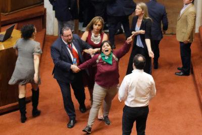Manifestantes ingresan a la Sala de la Cámara en pleno debate por el proyecto constitucional