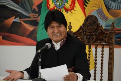 """Evo Morales acusa a Añez de """"querer entregar a la oligarquía chilena nuestras empresas"""""""