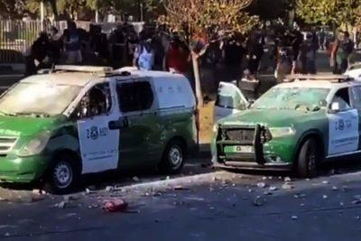 Encapuchados atacan dos vehículos de Carabineros en Plaza Italia