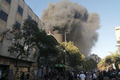 Incendio afectó a Centro Arte Alameda en Santiago