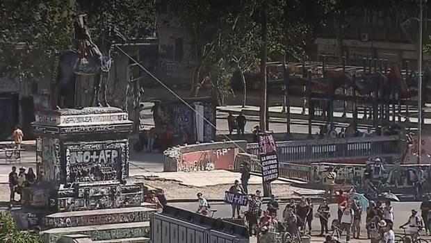 Manifestantes intentan derribar estatua del general Baquedano