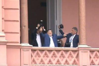 """""""Que Macri se vaya a vivir a Tailandia"""": Maradona visita a Alberto Fernández y se asoma al balcón de la Casa Rosada"""