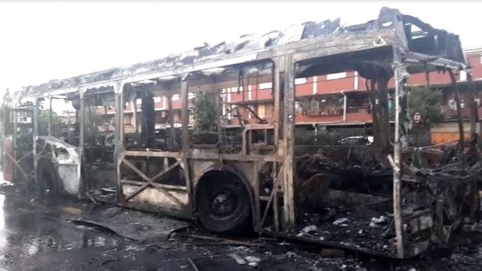 Encapuchados quemaron bus del Transantiago en Estación Central