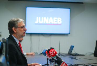 Este domingo finaliza el plazo para renovar y postular a las becas Junaeb 2020