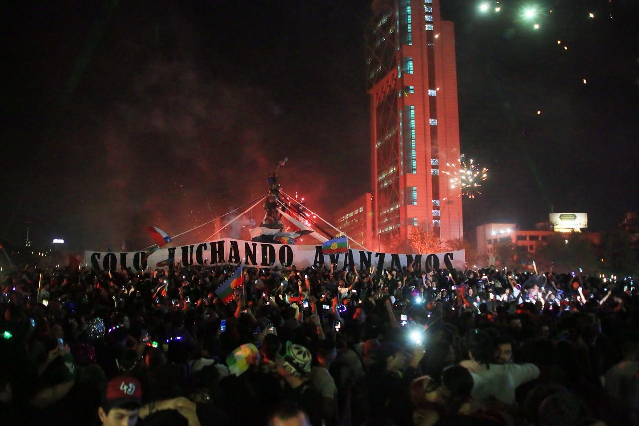 Recursos judiciales, intento de derribar estatua y concentración masiva en Plaza Italia