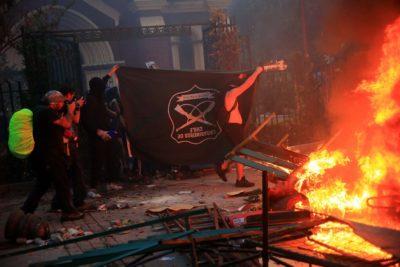 Encapuchados incendian y saquean iglesia y Mutual de Carabineros
