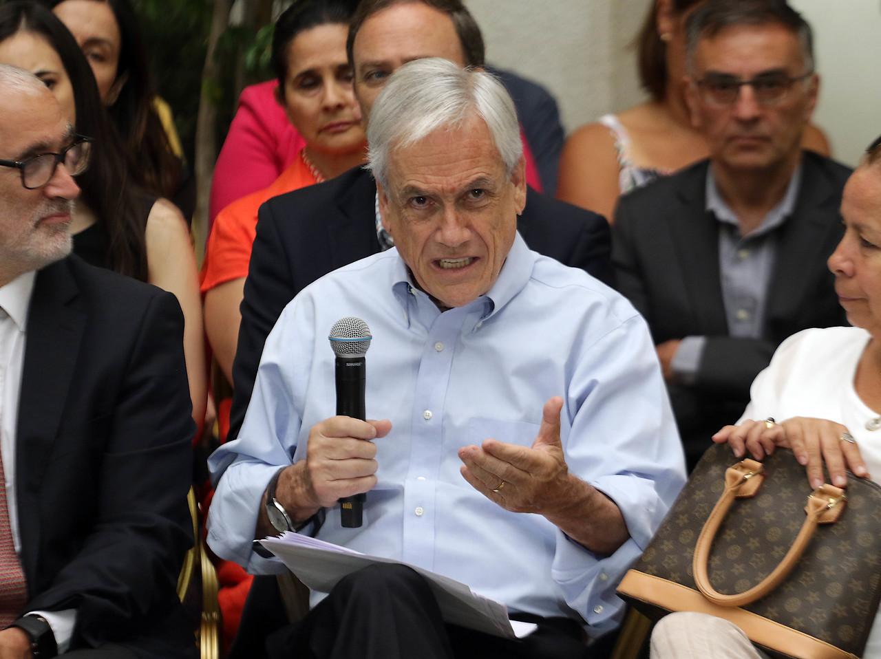 """Piñera llama a los políticos a actuar con """"unidad"""" en tiempos """"difíciles"""""""