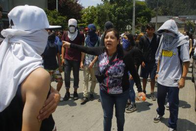 Enfrentamientos entre apoderados y manifestantes fueron parte de la segunda jornada de rendición de la PSU
