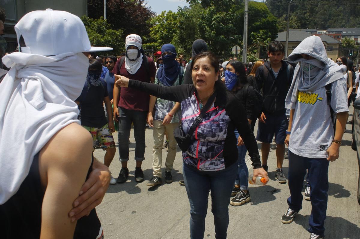"""""""Enfrentamientos entre apoderados y manifestantes fueron parte de la segunda jornada de rendición de la PSU"""""""