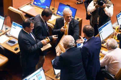 Jaime Mañalich repartió corbatas amarillas en el Congreso Nacional