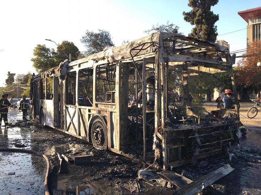 Queman bus del Transantiago en cercanías de Plaza Italia