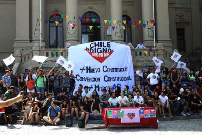 """""""Chile digno, si no pa qué"""": las Juventudes Comunistas irrumpen por nueva Constitución"""