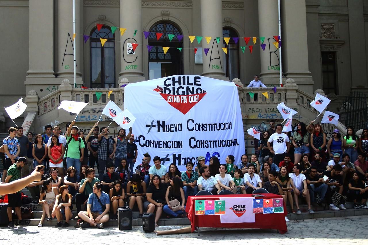 """""""Chile digno, si no pa qué"""": la Jota irrumpe por nueva Constitución"""