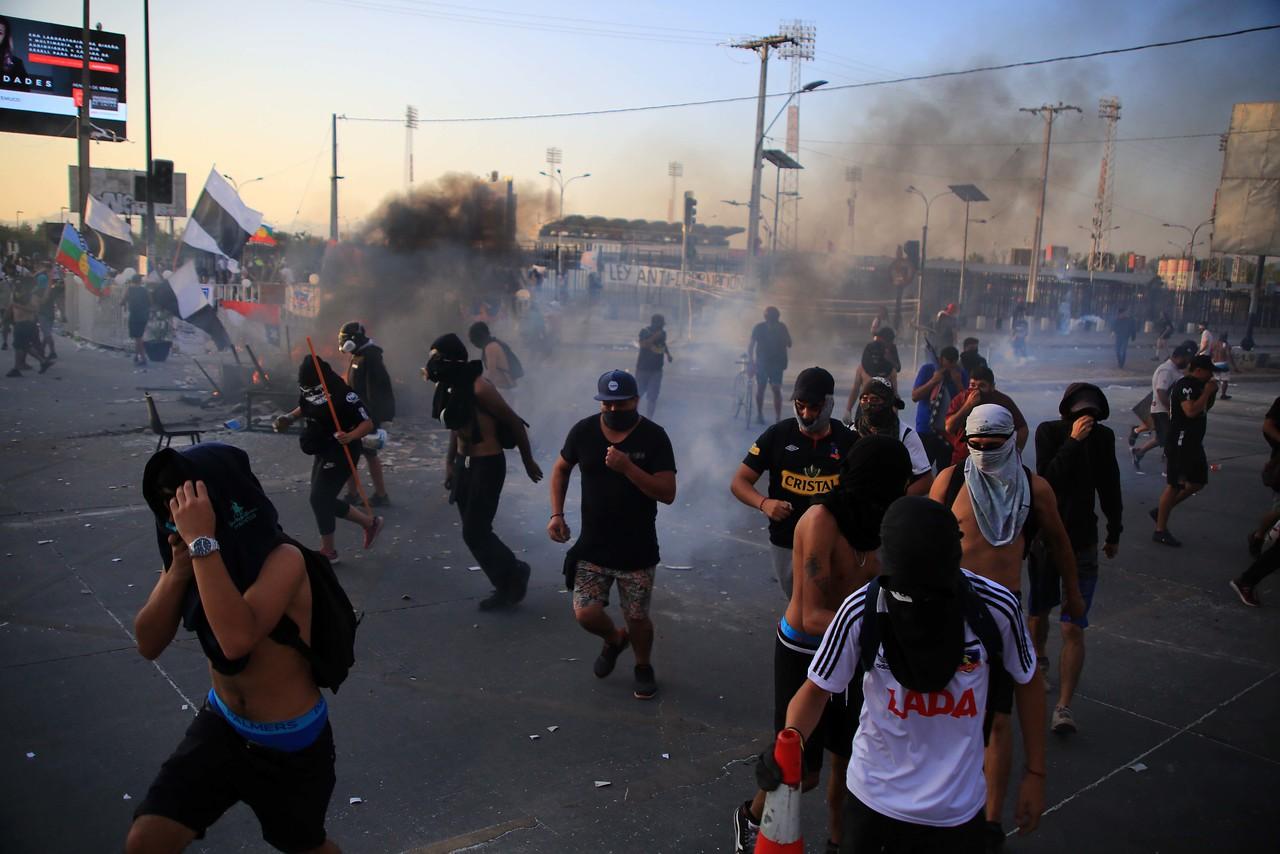 Saqueos y un muerto en violenta noche en Santiago