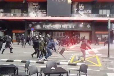 """""""Ultras"""" de Valencia y Barcelona protagonizan batalla campal afuera de Mestalla"""