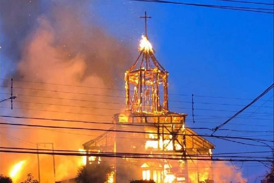 """""""Amplían detención de imputado por incendio en Iglesia San Francisco de Ancud"""""""