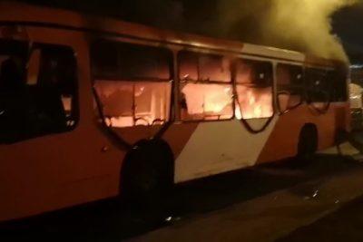 Bus del Transantiago fue quemado tras incidentes en Villa Francia
