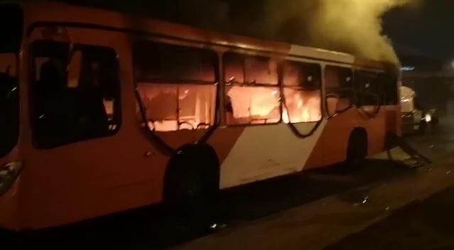 """""""Bus del Transantiago fue quemado tras incidentes en Villa Francia"""""""