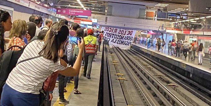 FOTOS + VIDEOS |Manifestación de la ACES en Los Leones interrumpió servicio en Línea 1