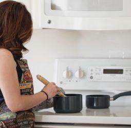 Tareas domésticas: mujeres trabajan 2,6 más que hombres