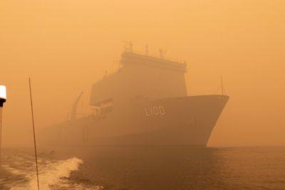 Por aire y mar: evacúan a miles de personasatrapadas por incendios en Australia
