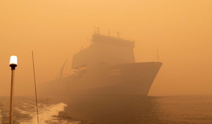 Evacúan a miles de personasatrapadas por incendios en Australia