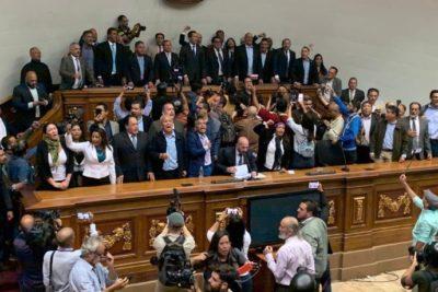 Juan Guaidó entra a la fuerza a la Asamblea Nacional y jura como presidente
