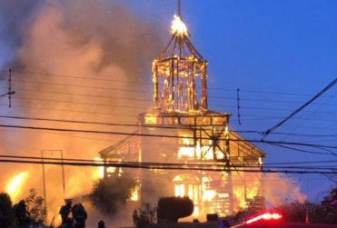 Incendio consumió por completo iglesia San Francisco de Ancud