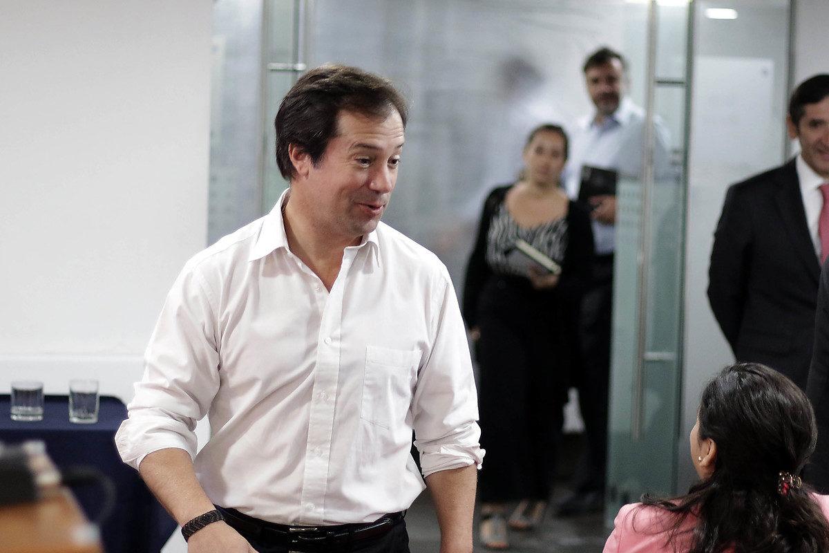 Ministro Palacios desmiente relación con ex diputado Hasbún: