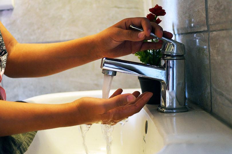 Quiénes son las empresas e instituciones que más gastan agua en Santiago