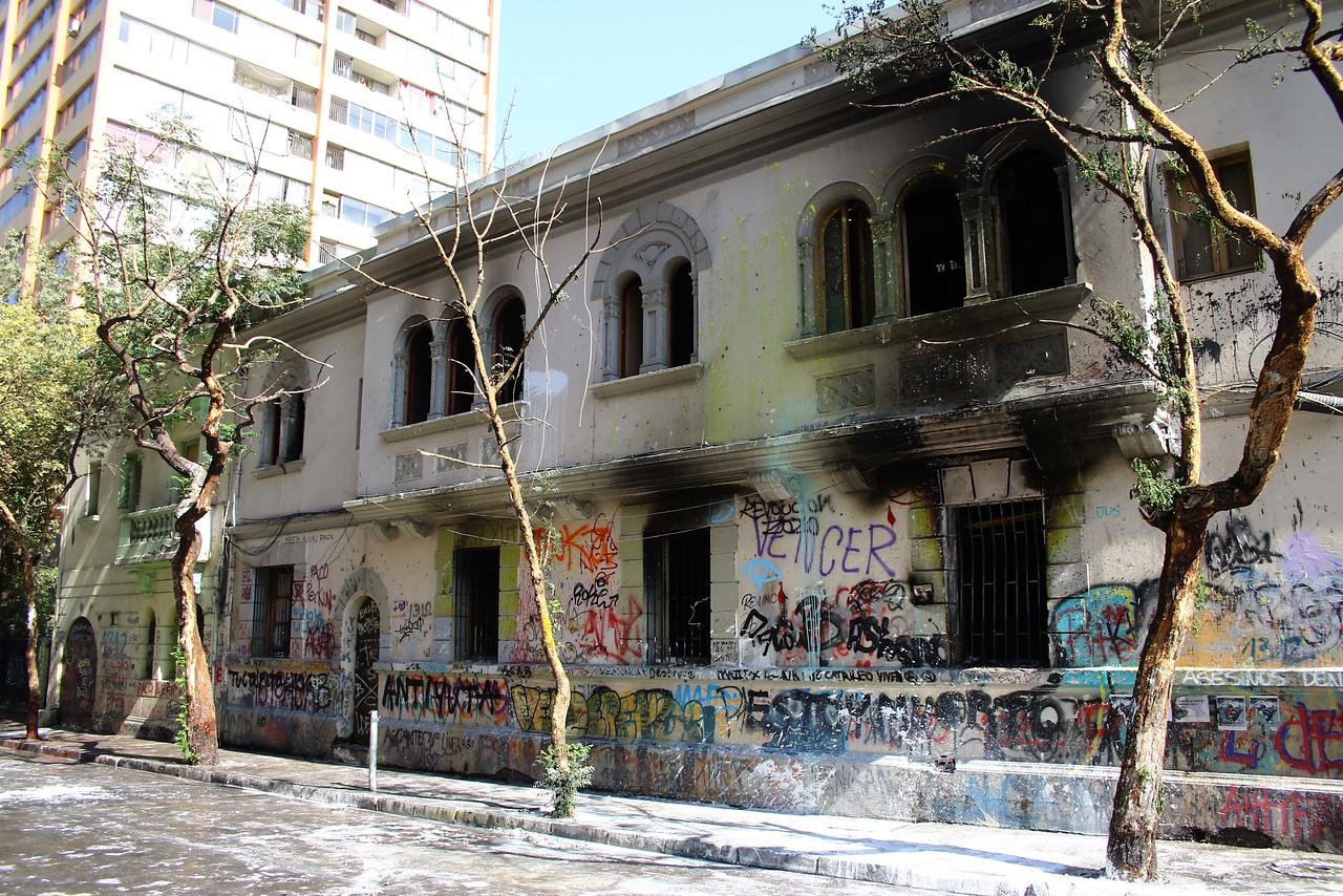 """""""Seremi lamenta incendio en residencia del Minvu en cercanías de Plaza Italia"""""""
