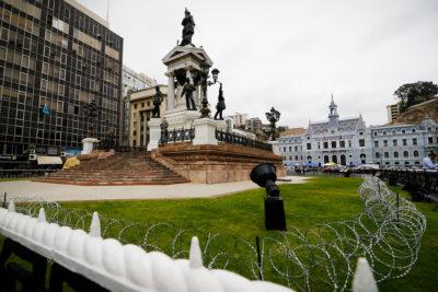 Armada instala alambre de púas en monumento a Héroes de Iquique en Valparaíso