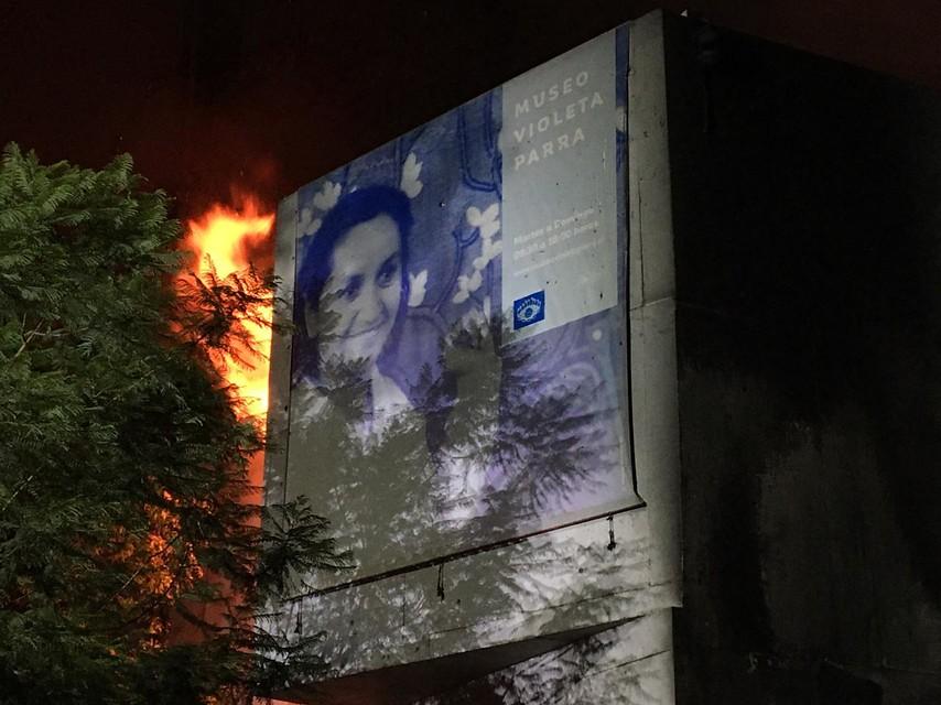 """""""Incendio afecta nuevamente a Museo Violeta Parra en medio de protestas"""""""