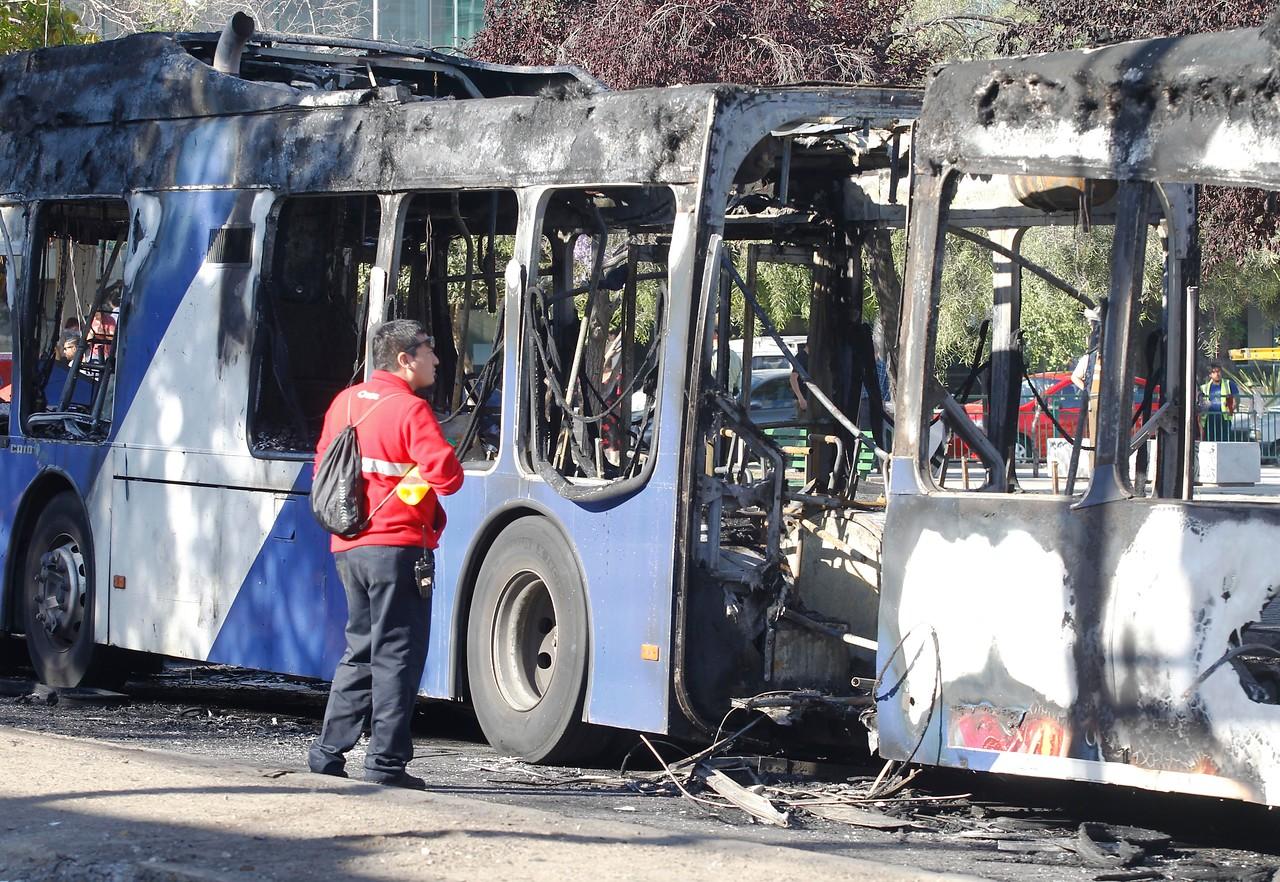 Detienen tres sospechosos por quemar bus del Transantiago en Plaza Italia