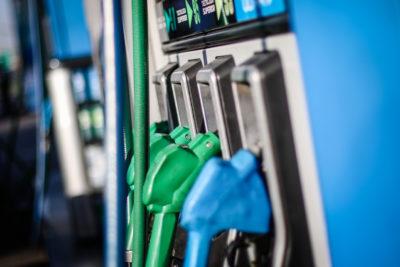 Precio de las bencinas baja y el dólar llega a peak sobre los $800